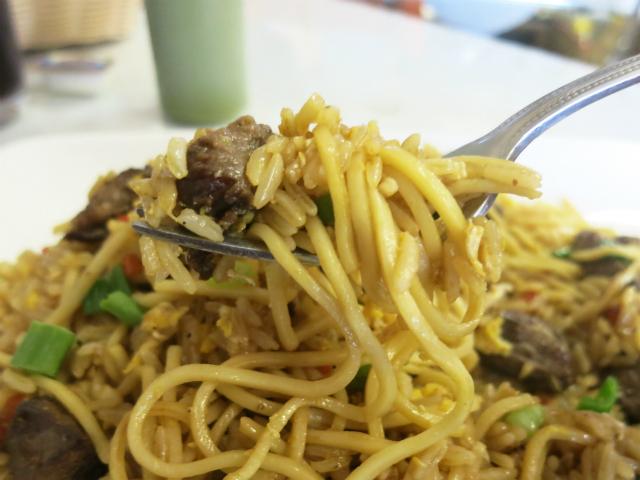 中細のスパゲティとインディカ米を炒めてます