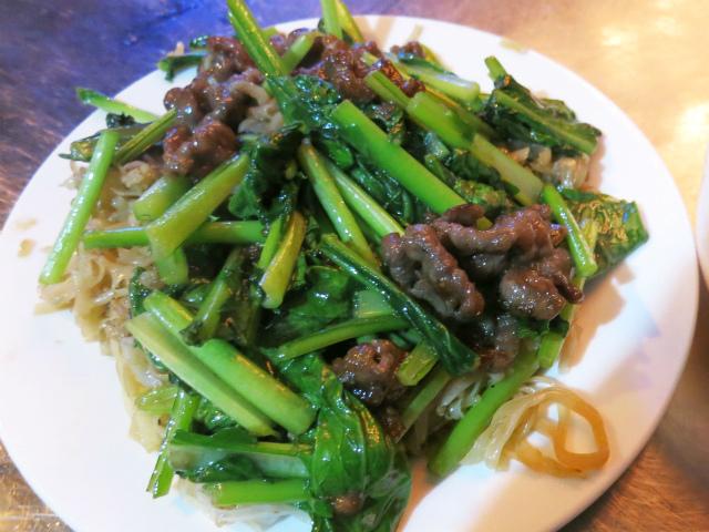 フォー炒めを牛スネ肉と青菜が覆う