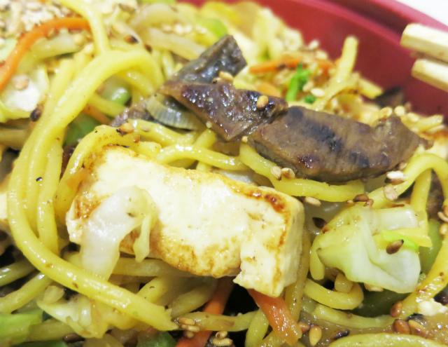 しっかり焼かれた牛肉と豆腐