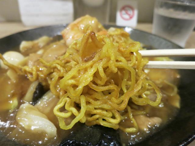 カリッと焼かれた麺が美味い