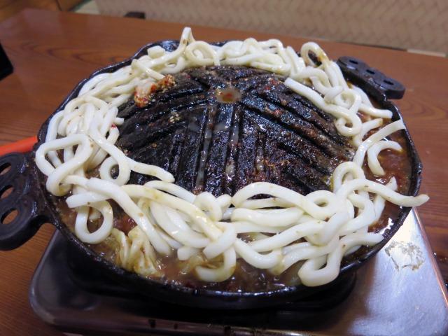 鍋のふちにうどん玉を広げる