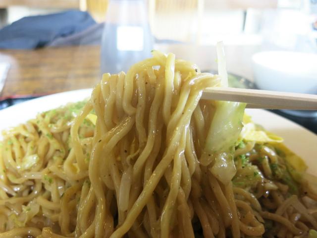 中太の角麺で薄味仕上げ