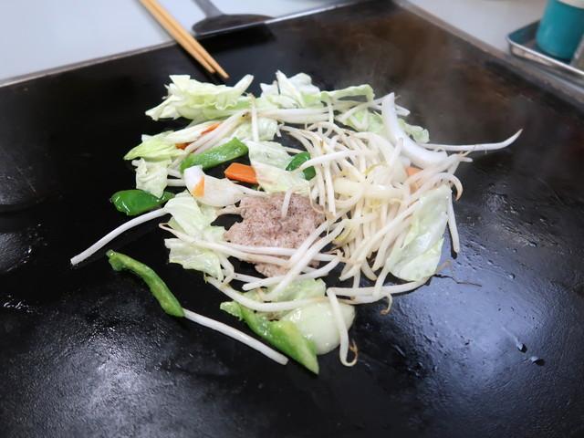 豚ひき肉と野菜をじっくり焼く