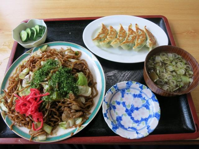 焼きそば(420円)+焼き餃子(250円)