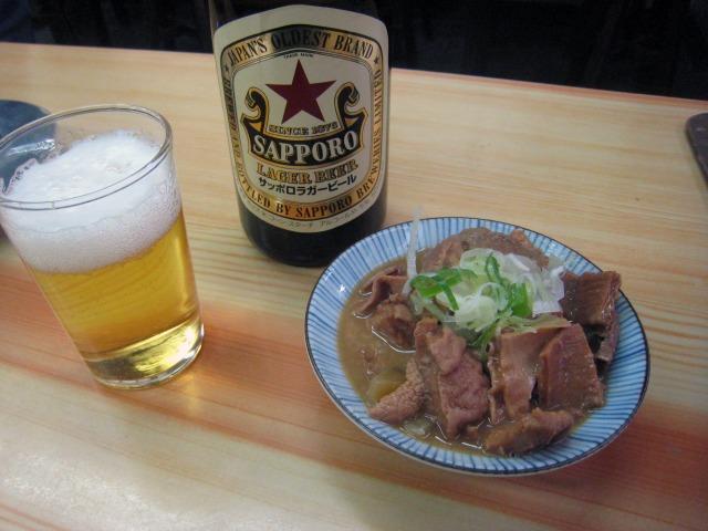 ビール(中瓶)460円とモツ煮込み170円