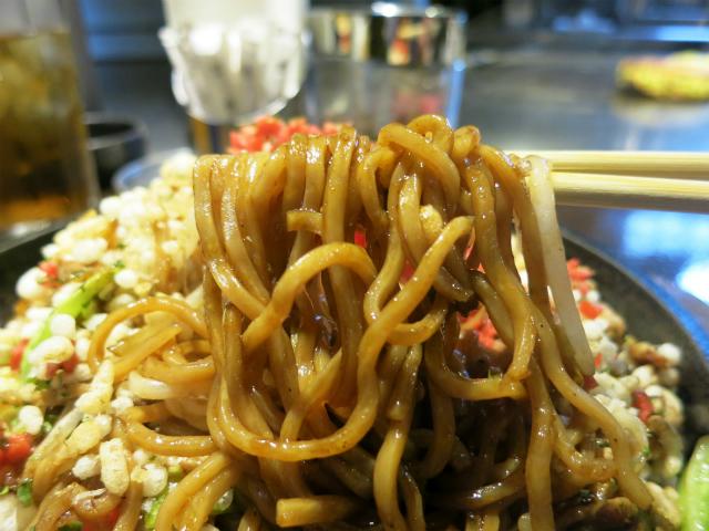 茶色い2度蒸し麺が美味しいんです