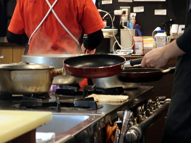 焼きそばを注文すると、お湯を沸かし始めた