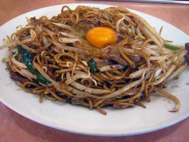 焼きそば(中)+生卵 810円