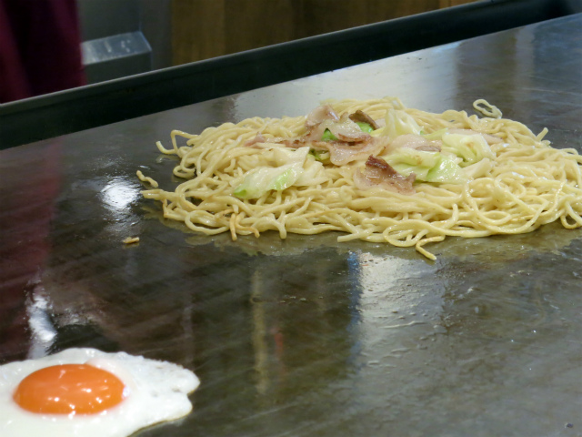 茹で上げた麺は鉄板に広げて動かさないのがコツ