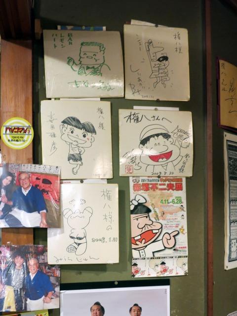 壁には漫画家の色紙がずらっと