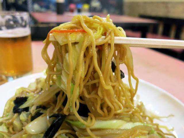 細麺で醤油味、野菜たっぷり