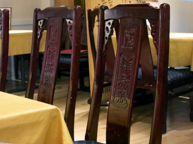 椅子の背もたれには屋号が
