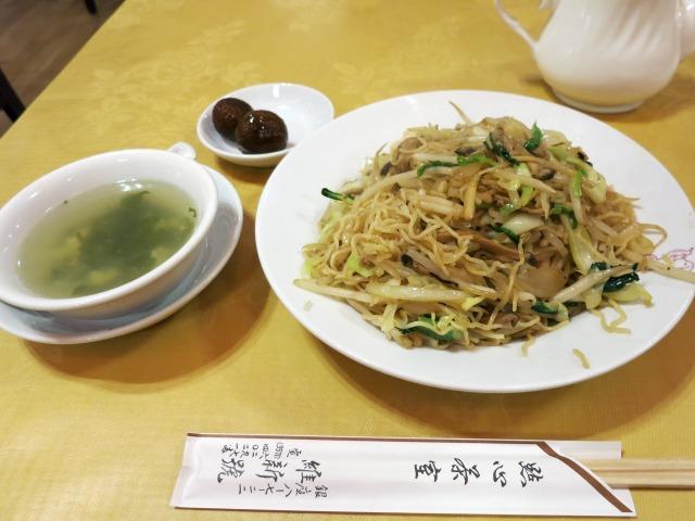 上海焼きそばはスープとデザート付き