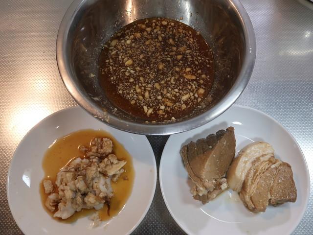 スープからラードと背脂、豚肉を分ける