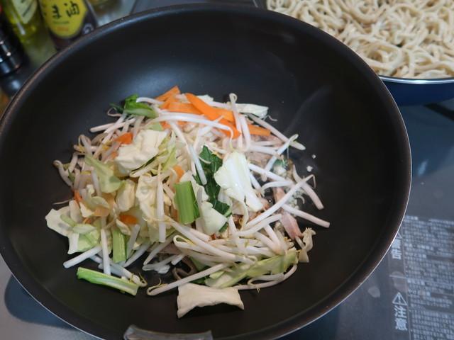 豚肉と野菜を炒める