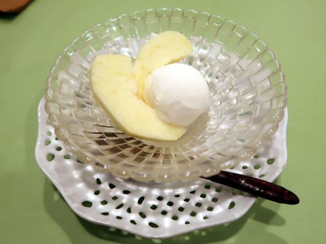 デザートのリンゴとシャーベット