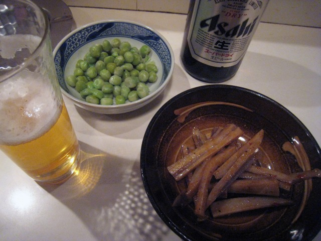 瓶ビール(450円)と蓮根キンピラ(250円)、お通し豆