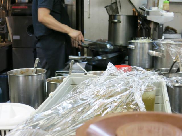 厨房では鍋を振ってます