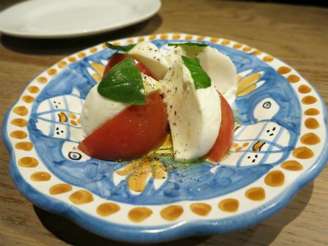 フルーツトマトと蔵王モッツァレラのカプレーゼ 500円