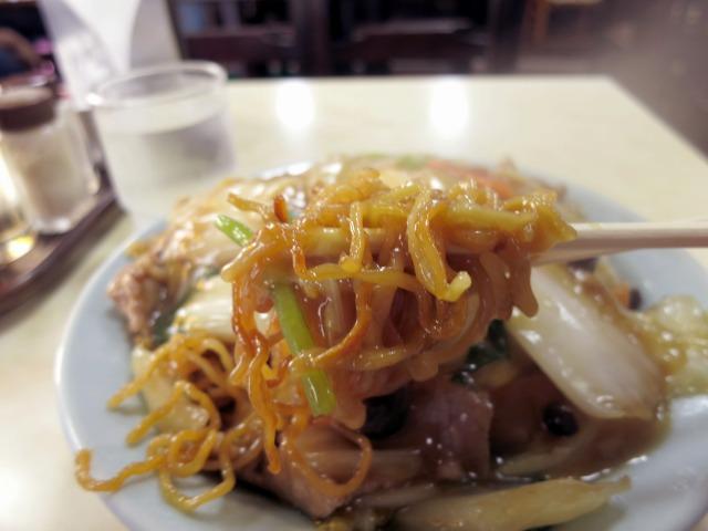 麺は茶色い中細の縮れ麺