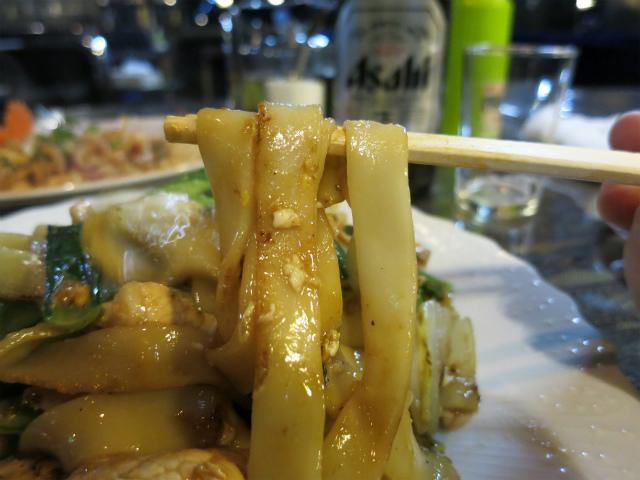 麺は幅広のセンヤイを使用