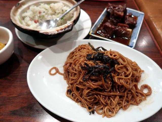 上海ならではの料理が並ぶ