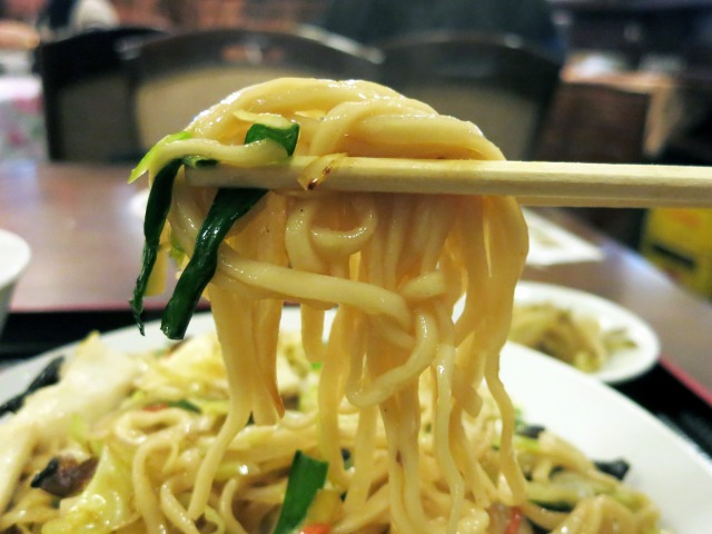 ここの北京炒麺はモチモチな平打麺を使用