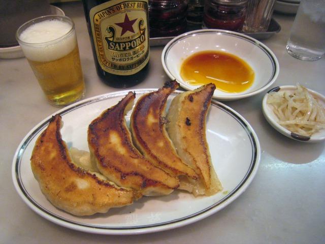 餃子(450円) と瓶ビール(500円)