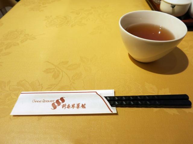 お茶と箸が配膳された