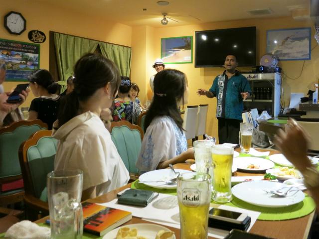 お店のオーナーがスリランカ料理の特徴を講義