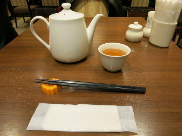 温かい中国茶がポットで出される