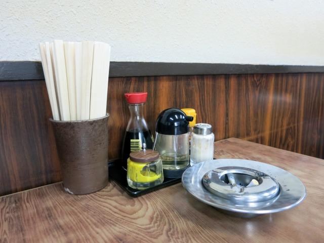 テーブルには調味料類と共に灰皿も……