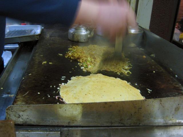 入った注文を鉄板で手際よく焼いてゆく