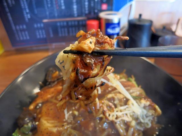カリカリに焼かれて煎餅状の麺