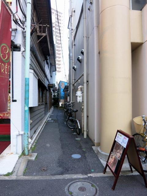 この狭い路地の先に店舗があります