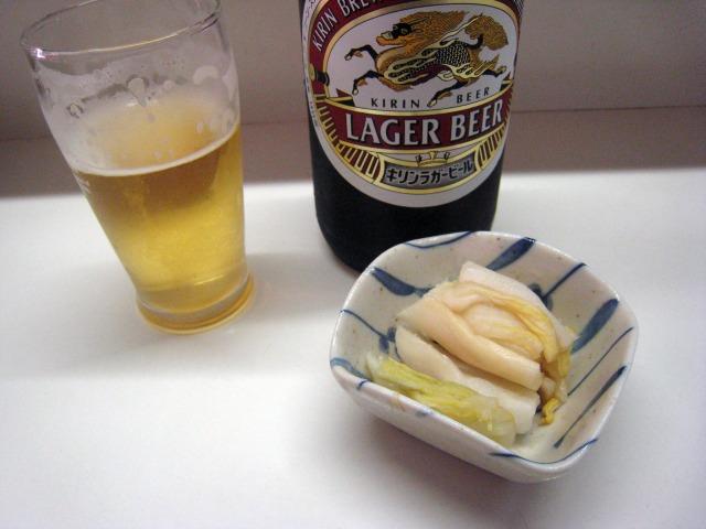 瓶ビール(500円)と御新香(200円)