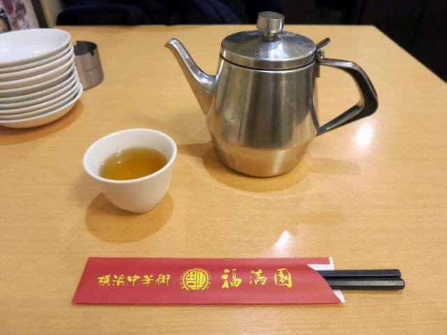 アルミのポットに入った中国茶を喫んで待つ