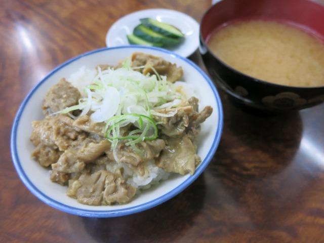 モツ丼(小)は御新香と味噌汁付き