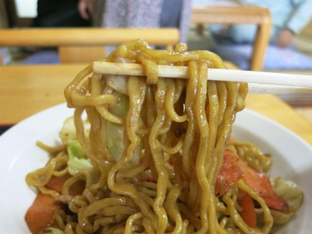 縮れた平打ちの太麺がモチモチで美味