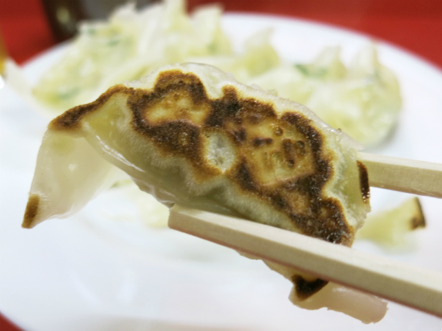 パリッと焼かれた小粒の餃子、めちゃウマ