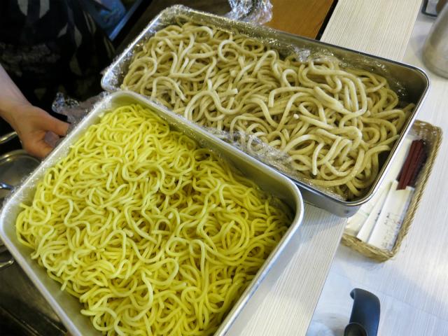 極太の全粒麺と中細の玉子麺