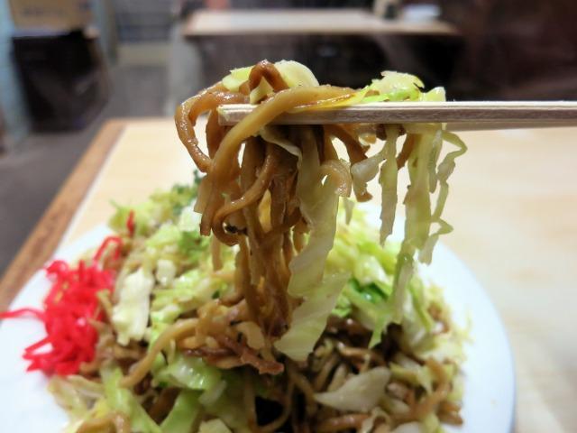 茶色い太目の蒸し麺