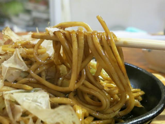 茹でたて生麺を冷水で締めてます