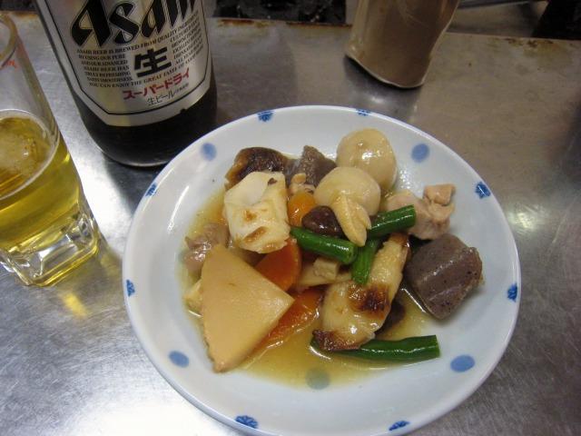 瓶ビール大(400円)と筑前煮(200円)