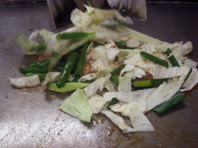 まずキャベツとねぎ、ホルモンを鉄板で炒めます