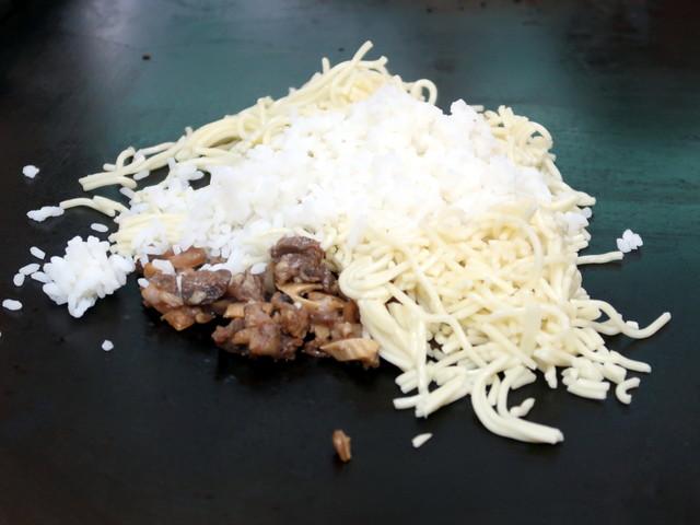 すじ肉、あらかじめ刻んだ麺、ご飯