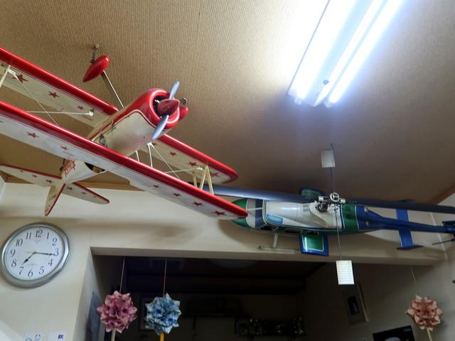 天井に飾られた飛行機やヘリコプター