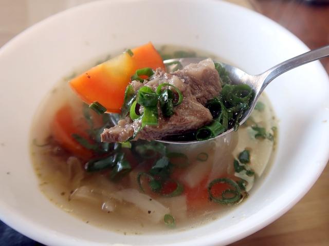 おまけのスープは酸味が効いてる