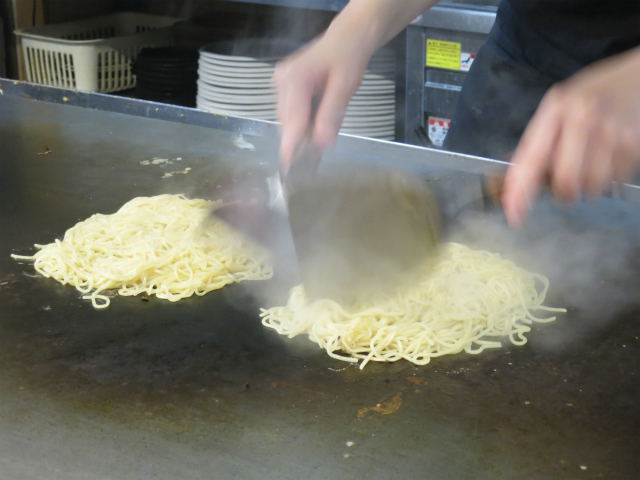 生麺をパリッと焼き上げます