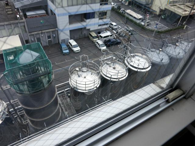 原材料の入った巨大タンク群
